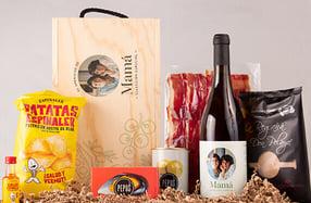 Aperitivo con botella de vino blanco en caja personalizada