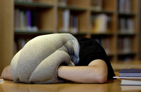 Ostrich Pillow: el invento para descansar donde quieras