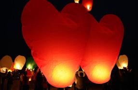 Farolillos voladores con forma de corazón