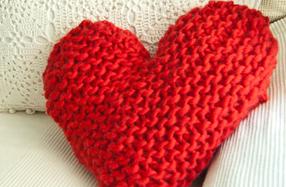 "Kit ""We are knitters"" para tejer tu propio cojín corazón"